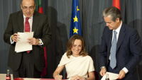 Muhtar Kent, Sol Daurella and Marcos de Quinto (left to right) sign the March 2013 bottler agreement in Madrid